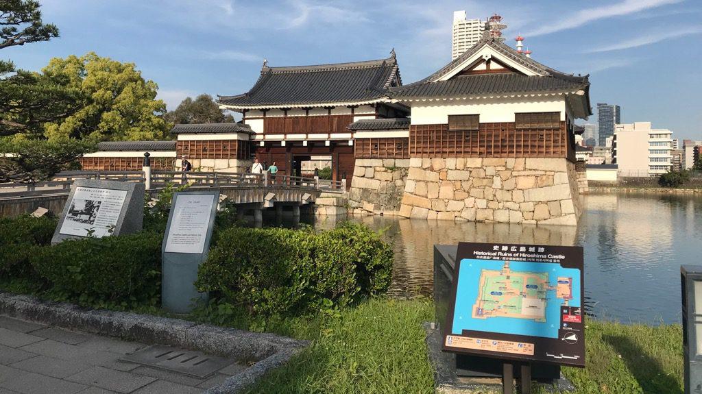 水辺に囲まれている広島城