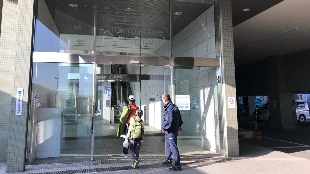 フェリーターミナル入り口