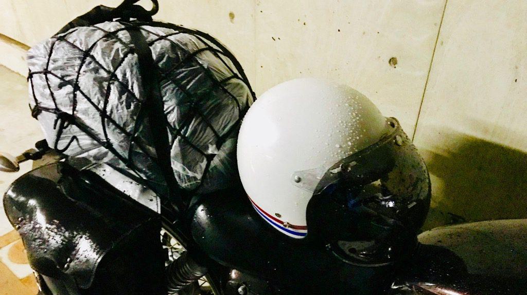 雨で濡れてるバイクとヘルメット(レインブーツ記事)