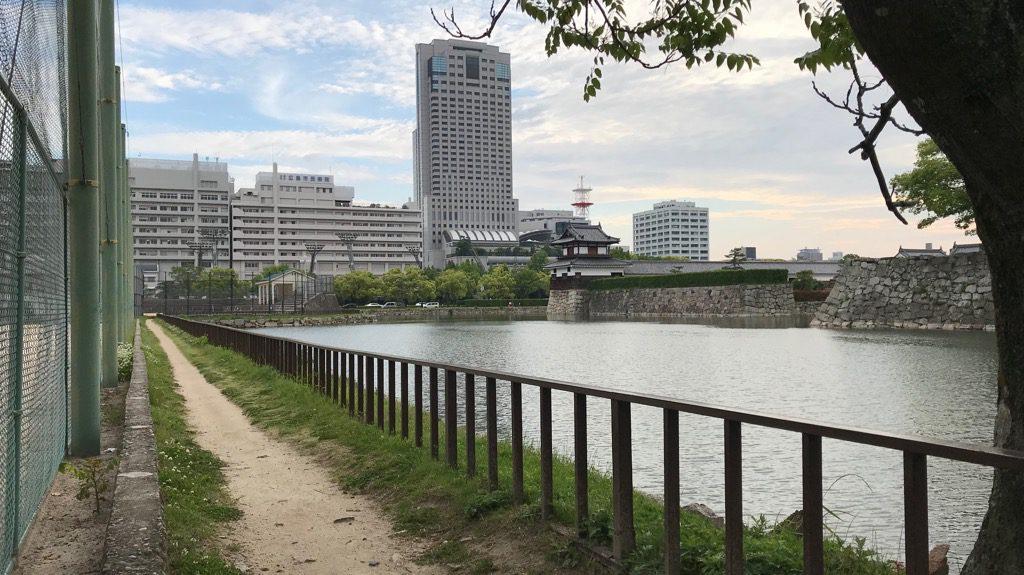 広島城の堀まわりの小路