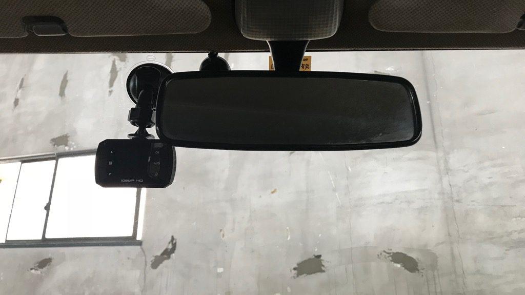 ドライブレコーダーをフロントガラスに貼り付けた図