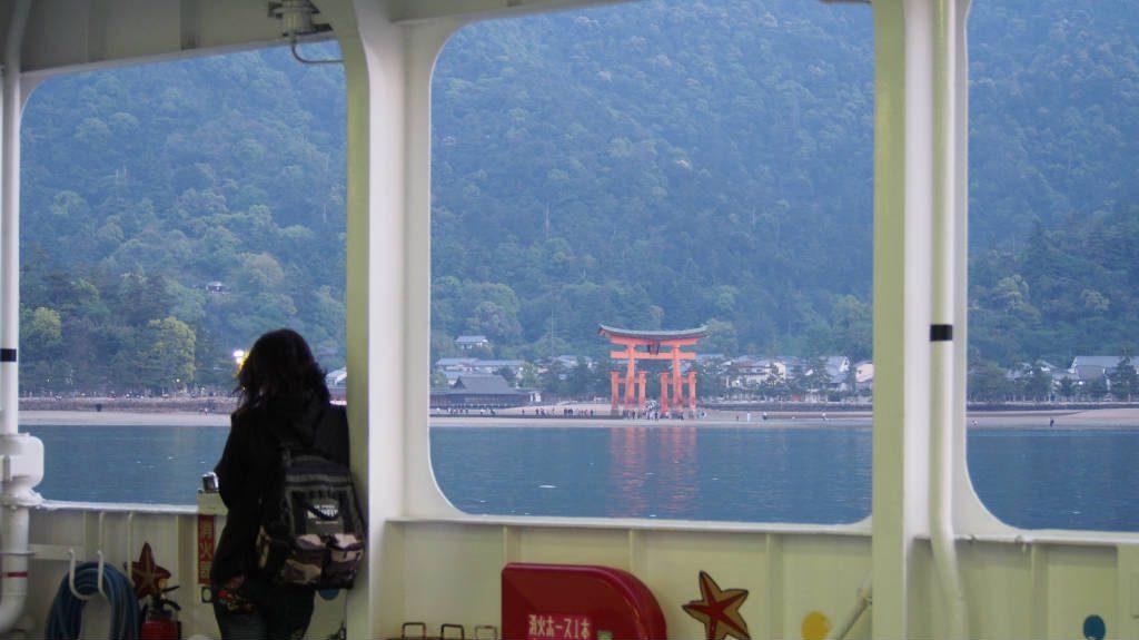 フェリーから見る厳島神社の大鳥居