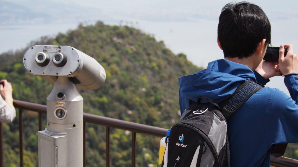 弥山獅子岩駅からのながめ。望遠鏡もある