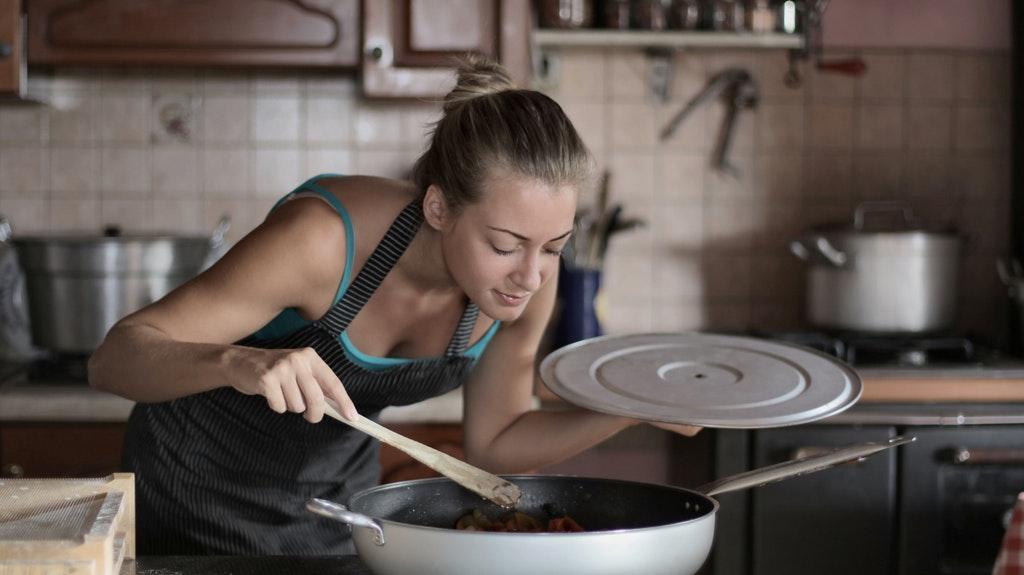 一人暮らしの支出を減らす方法④:外食を減らし自炊する