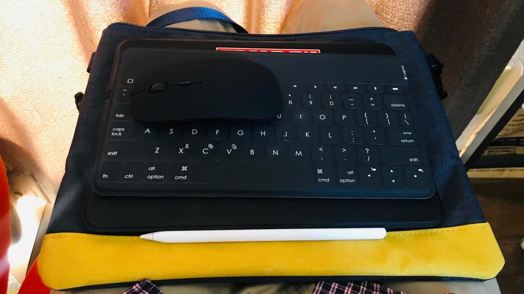 iPad Proの持ち運びにサコッシュをおすすめする理由③:ひざでiPad Proを使うときの土台になる